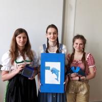 Cindy Stenzel, Ellen Schulze und Natalie Pätz mit Modell und Karton