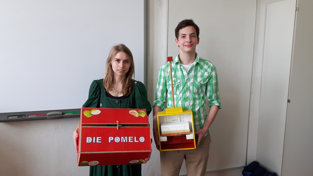Theresa Stier und Julien Hoppe mit Modell und Karton