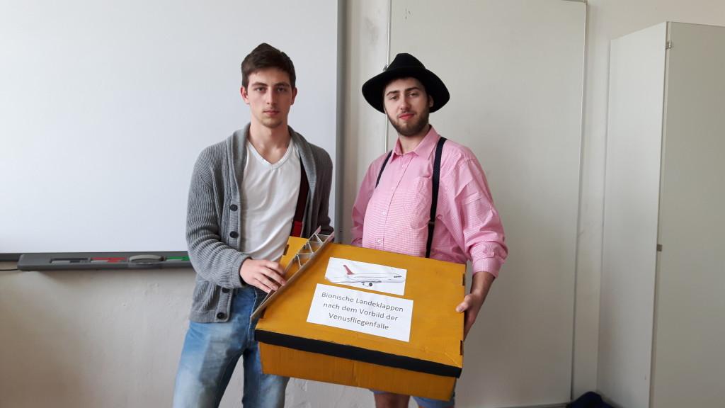 Julian und Nico mit Modell und Karton