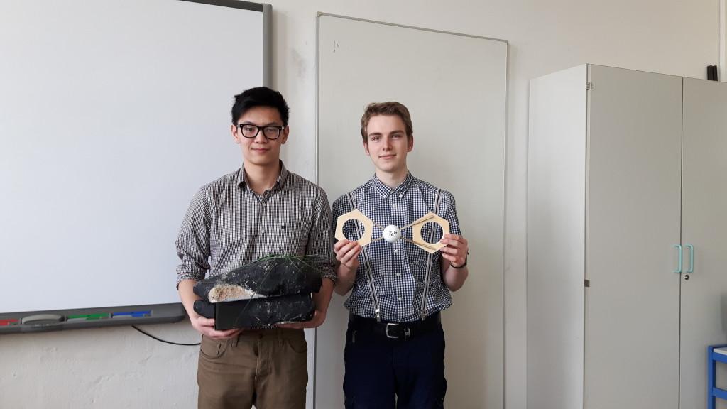 Alexander Weiß und Dat Le mit Modell und Karton