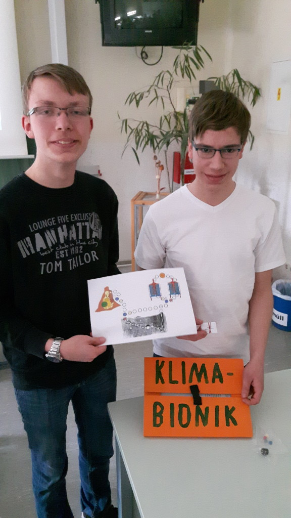 Toni und Samuel (v.l.) mit ihrem Lernkarton