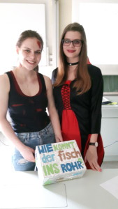 Sophia und Francesca (v.l.) mit ihrem Lernkarton