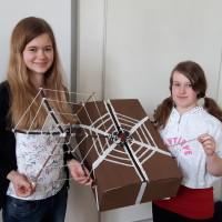 Christina und Laura mit Modell und Karton