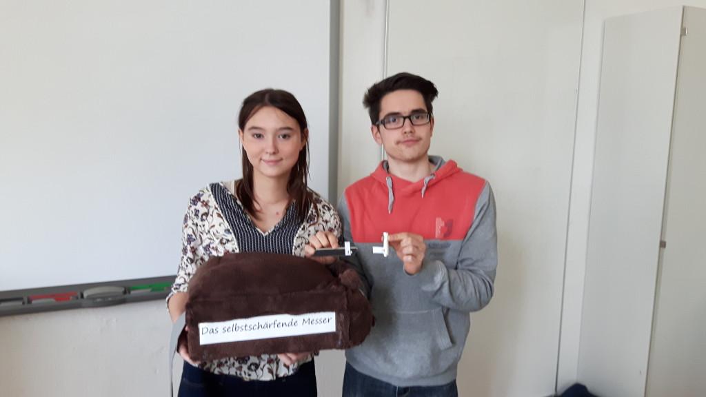 Nadja Seewald und Jonas Kühni mit Lernkarton